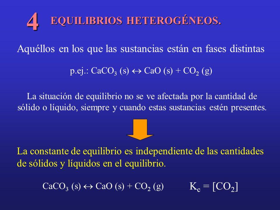 EQUILIBRIOS HETEROGÉNEOS. 4 Aquéllos en los que las sustancias están en fases distintas p.ej.: CaCO 3 (s) CaO (s) + CO 2 (g) La situación de equilibri