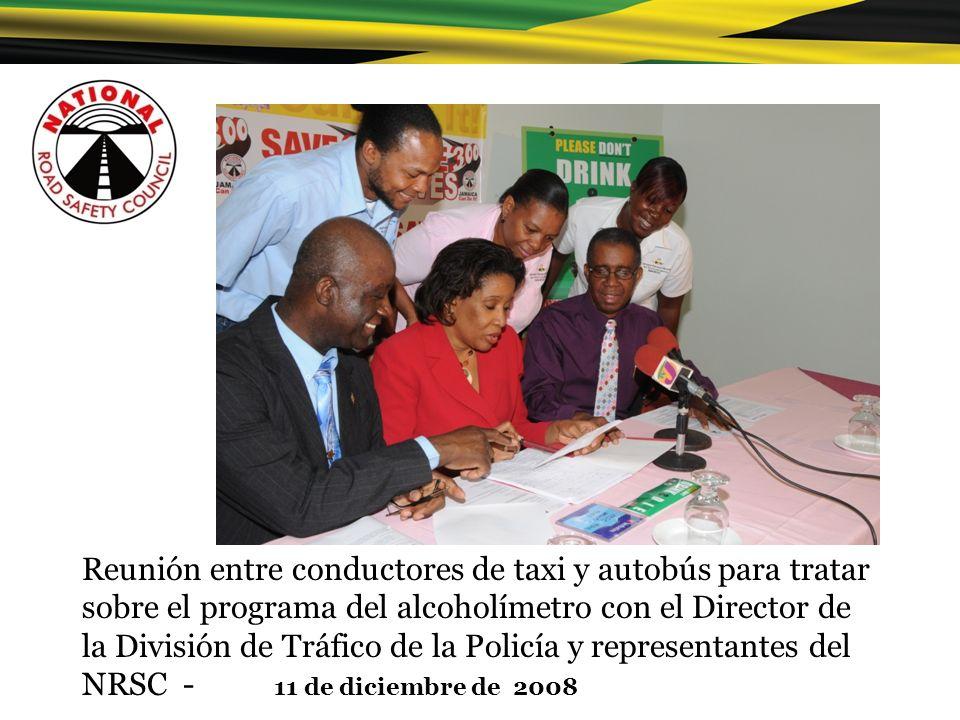 Reunión entre conductores de taxi y autobús para tratar sobre el programa del alcoholímetro con el Director de la División de Tráfico de la Policía y