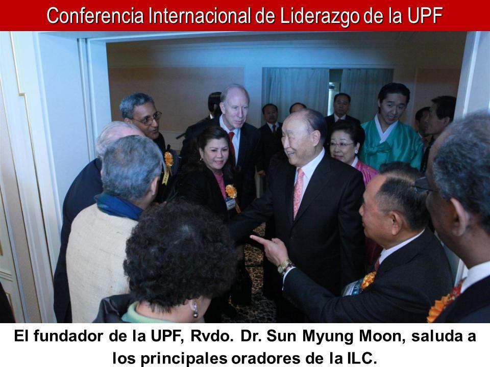 Conferencia Internacional de Liderazgo de la UPF El fundador de la UPF, Rvdo. Dr. Sun Myung Moon, saluda a los principales oradores de la ILC.
