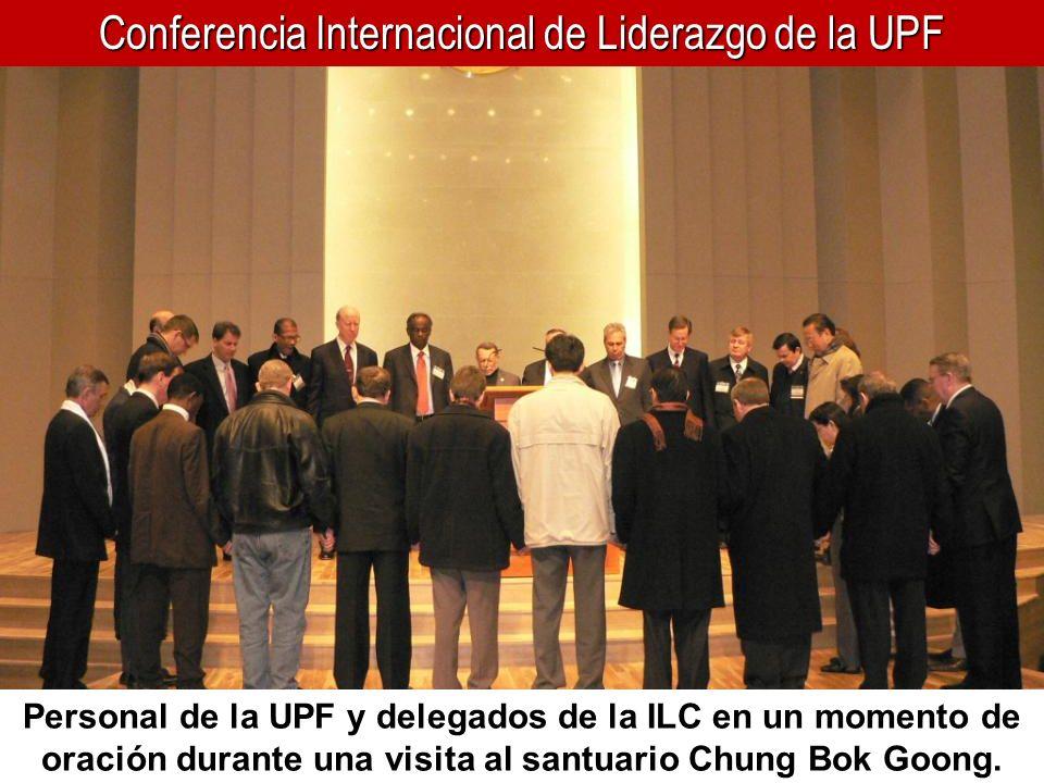 Conferencia Internacional de Liderazgo de la UPF Personal de la UPF y delegados de la ILC en un momento de oración durante una visita al santuario Chu