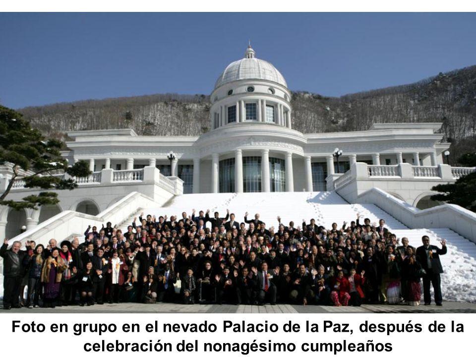 Foto en grupo en el nevado Palacio de la Paz, después de la celebración del nonagésimo cumpleaños