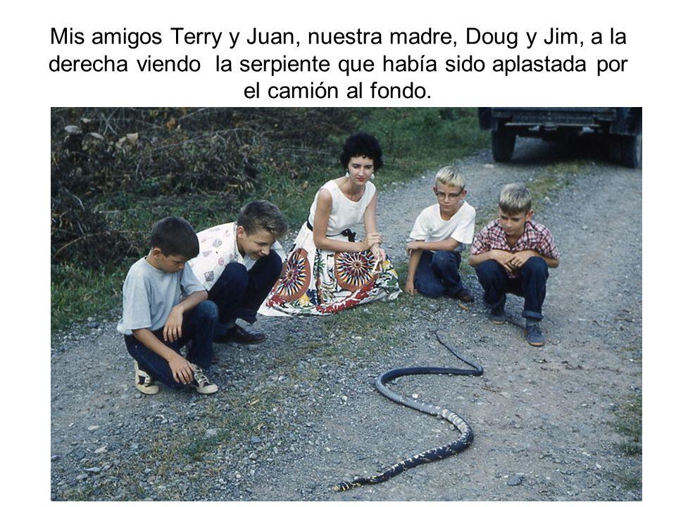 Mis amigos Terry y Juan, nuestra madre, Doug y Jim, a la derecha viendo la serpiente que había sido aplastada por el camión al fondo.