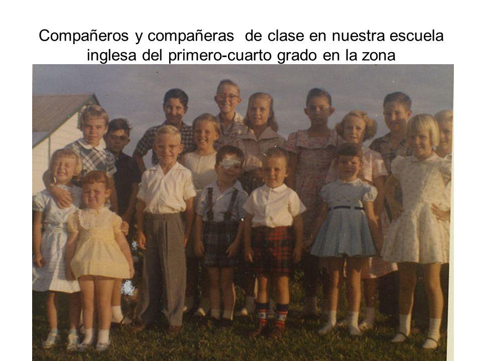 Compañeros y compañeras de clase en nuestra escuela inglesa del primero-cuarto grado en la zona