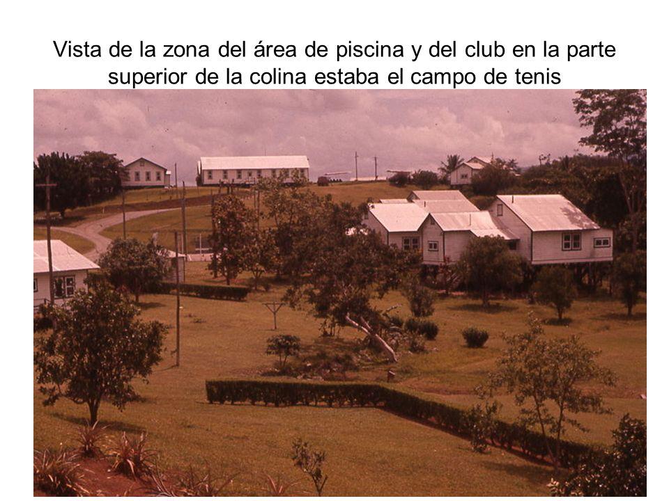 Vista de la zona del área de piscina y del club en la parte superior de la colina estaba el campo de tenis