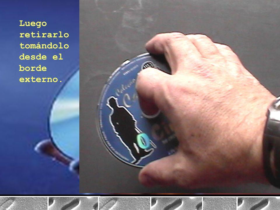 Al retirar los discos de la caja debe presionarse el núcleo hasta que el disco se libere.