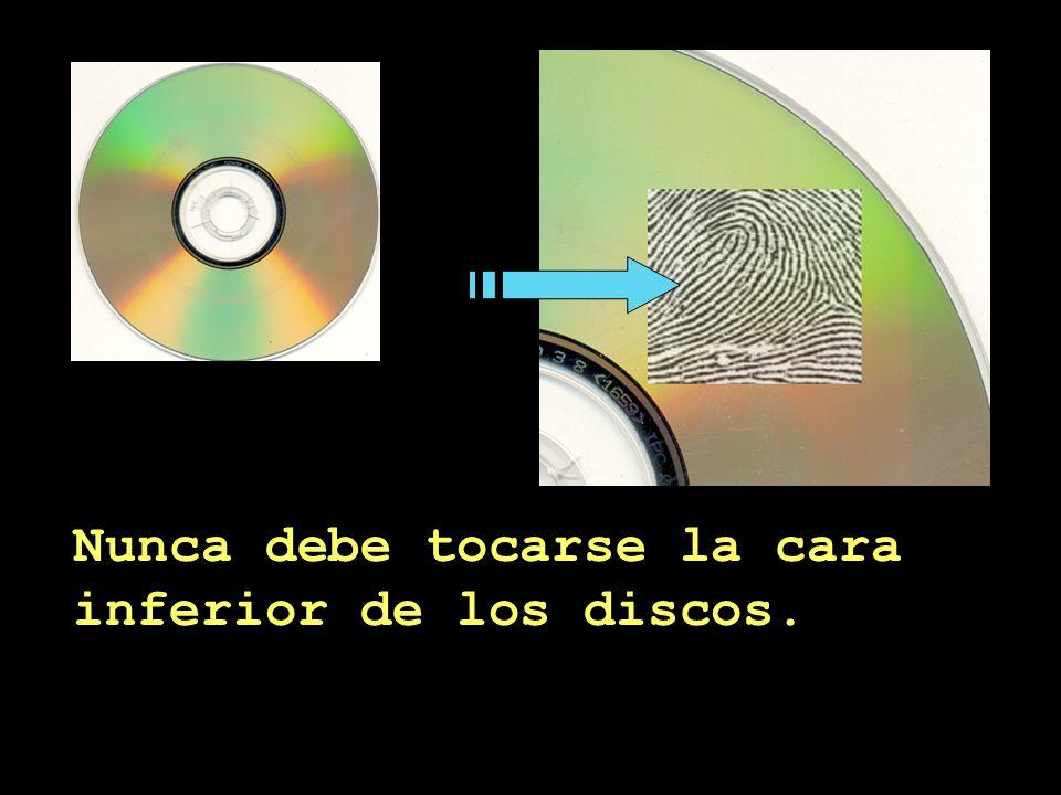 La superficie inferior del disco contiene la información.