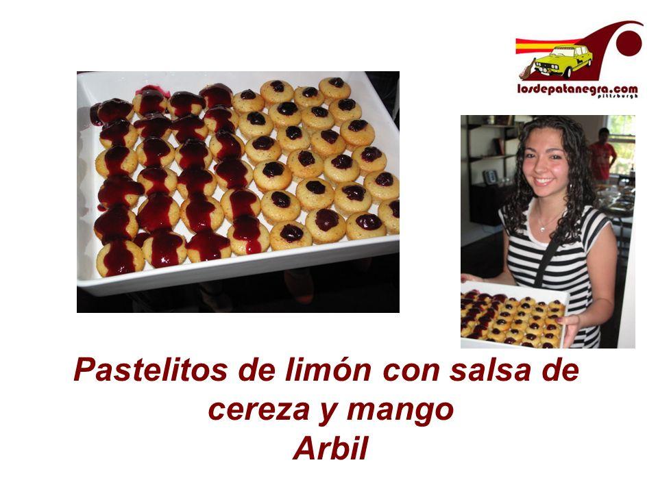 Pastelitos de limón con salsa de cereza y mango Arbil