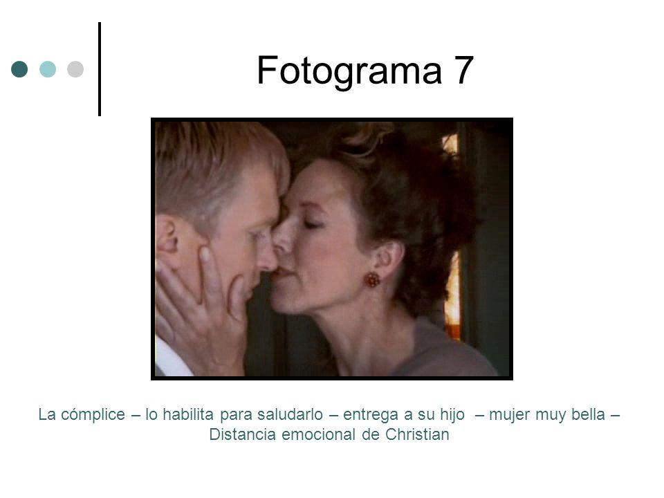 Fotograma 7 La cómplice – lo habilita para saludarlo – entrega a su hijo – mujer muy bella – Distancia emocional de Christian