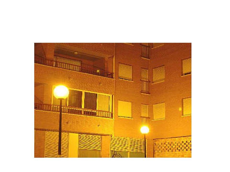 1.- Económicas: - Una primera consecuencia de la contaminación lumínica es un incremento notable de las facturas de luz de los ayuntamientos y particulares.