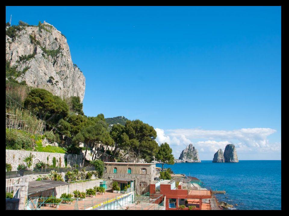 Marina Piccola Es el atracadero sur de la isla, situado en una ensenada pintoresca, a los pies del despeñadero del Monte Solaro.