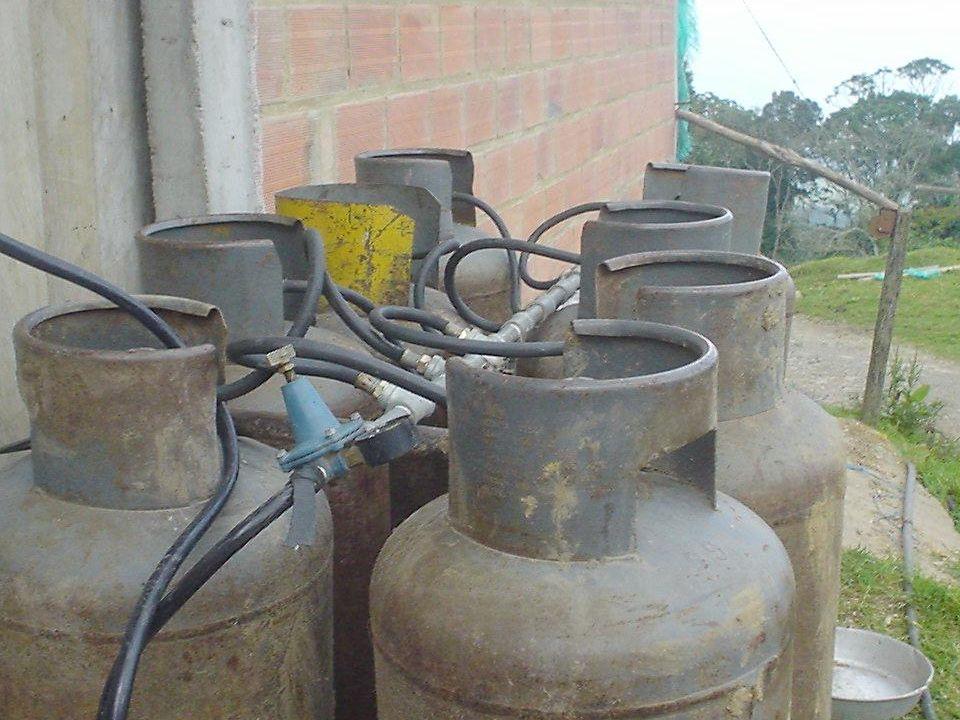 Forma de ahorrar GLP en granjas La conversión de cilindros a TE y/o de los C100 a semi-estacionarios: –Ahorro vía precio y consumo –Mejor calidad de l
