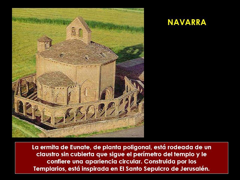 NAVARRA La ermita de Eunate, de planta poligonal, está rodeada de un claustro sin cubierta que sigue el perímetro del templo y le confiere una aparien