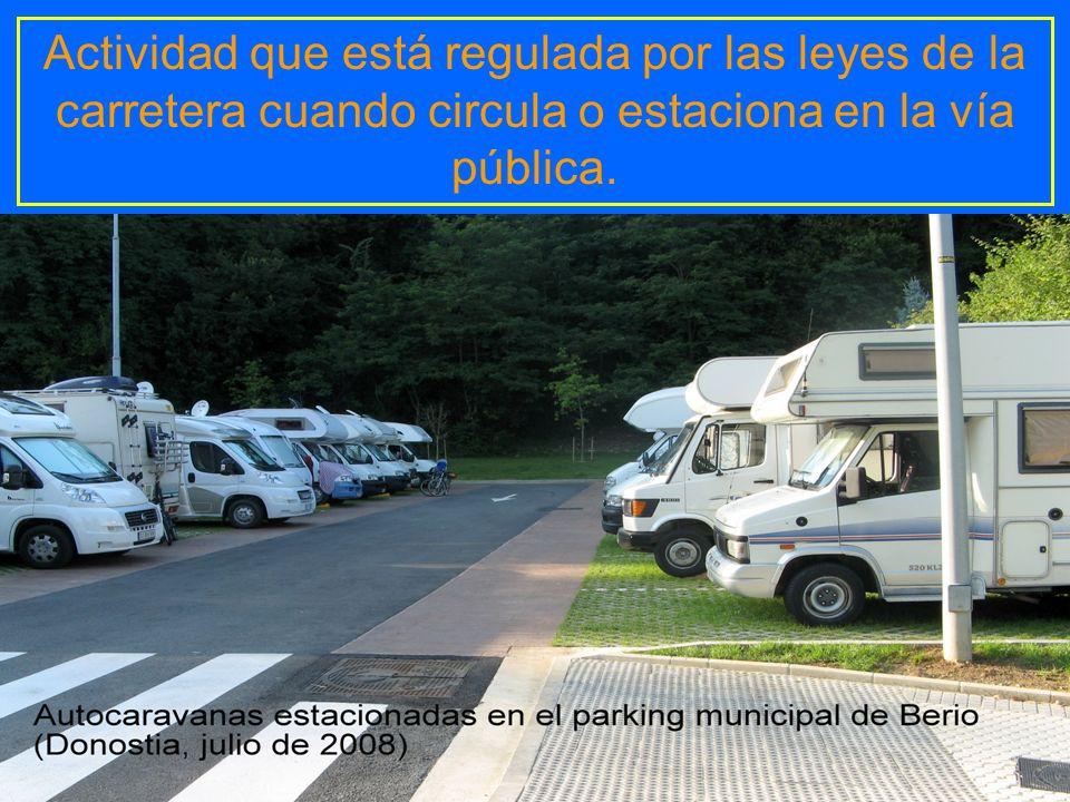 Actividad que está regulada por las leyes de la carretera cuando circula o estaciona en la vía pública.