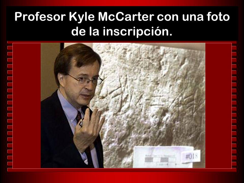 Profesor Kyle McCarter con una foto de la inscripción.