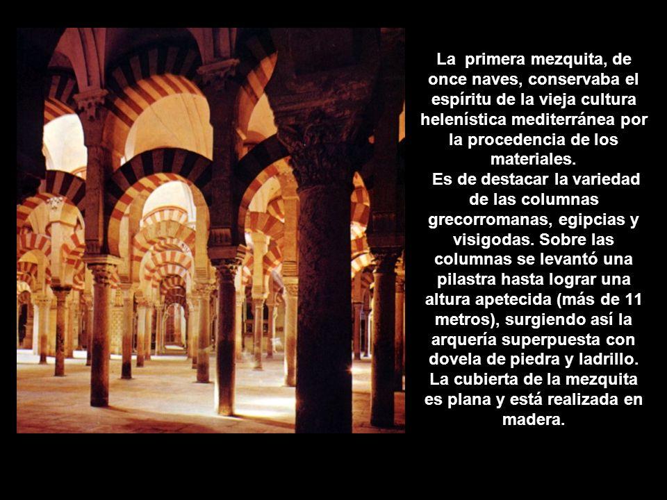 La primera mezquita, de once naves, conservaba el espíritu de la vieja cultura helenística mediterránea por la procedencia de los materiales. Es de de