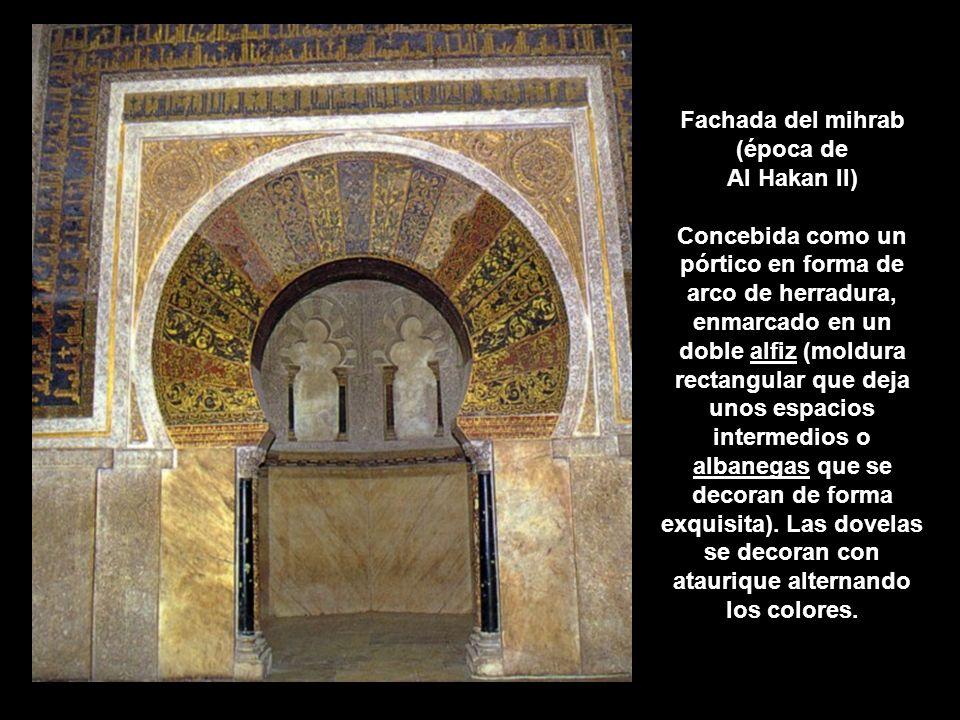 Fachada del mihrab (época de Al Hakan II) Concebida como un pórtico en forma de arco de herradura, enmarcado en un doble alfiz (moldura rectangular qu
