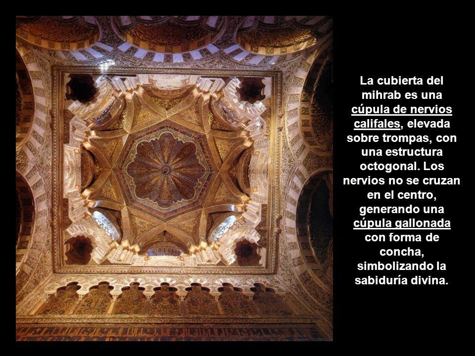 La cubierta del mihrab es una cúpula de nervios califales, elevada sobre trompas, con una estructura octogonal. Los nervios no se cruzan en el centro,