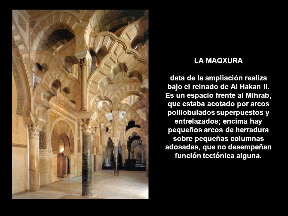 LA MAQXURA data de la ampliación realiza bajo el reinado de Al Hakan II. Es un espacio frente al Mihrab, que estaba acotado por arcos polilobulados su
