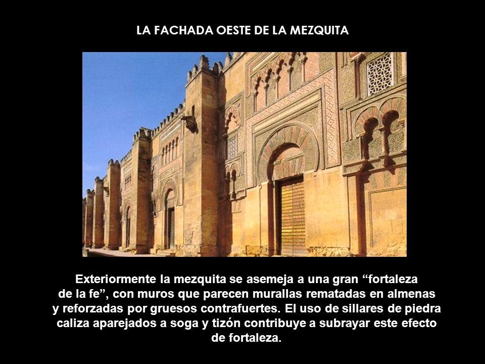 LA FACHADA OESTE DE LA MEZQUITA Exteriormente la mezquita se asemeja a una gran fortaleza de la fe, con muros que parecen murallas rematadas en almena