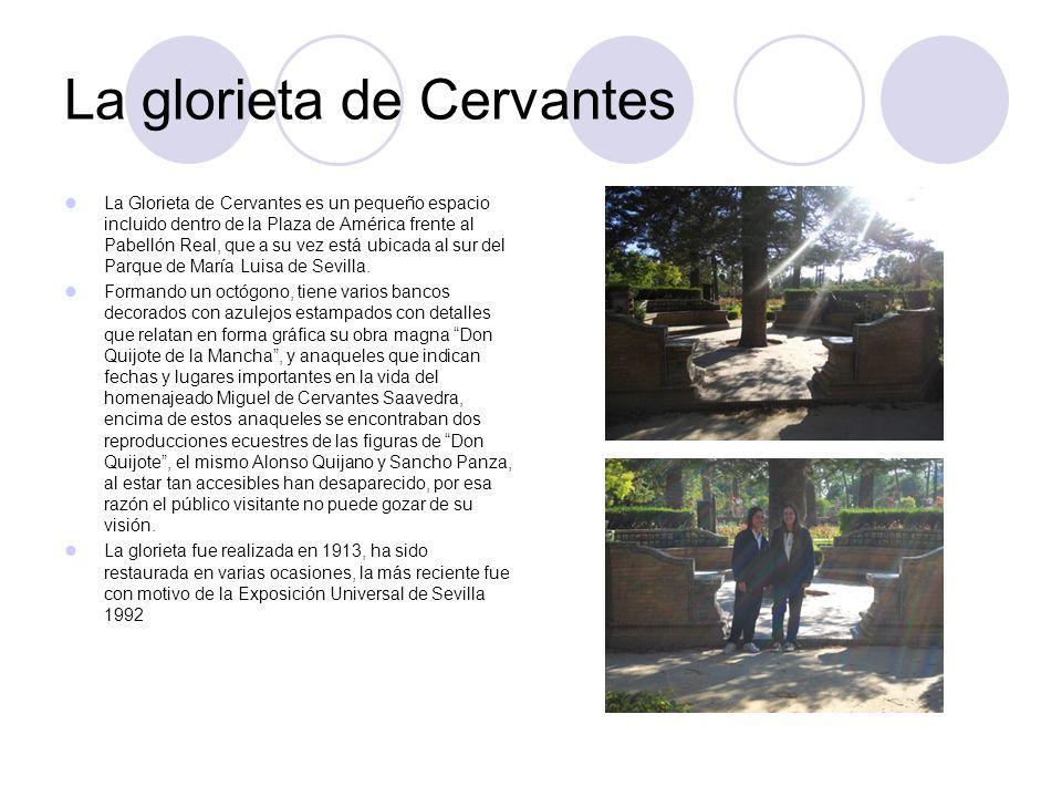 Librería de Cervantes Los dos libreros, parecidos a los existentes sobre los bancos de cada provincia en la plaza de España, que se alzan en las esquinas norte y sur del octógono.