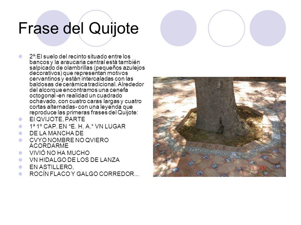 Frase del Quijote 2ª:El suelo del recinto situado entre los bancos y la araucaria central está también salpicado de olambrillas (pequeños azulejos dec