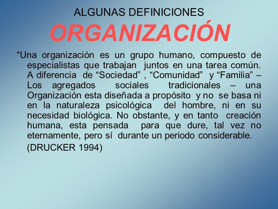 ALGUNAS DEFINICIONES ORGANIZACIÓN Una organización es un grupo humano, compuesto de especialistas que trabajan juntos en una tarea común. A diferencia