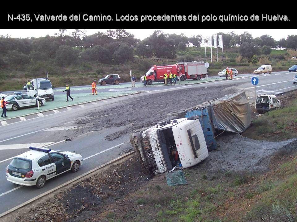N-435, Valverde del Camino. Lodos procedentes del polo químico de Huelva.