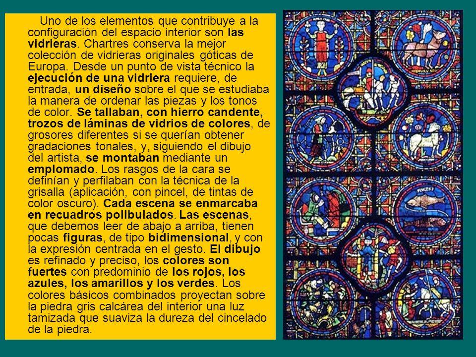 Uno de los elementos que contribuye a la configuración del espacio interior son las vidrieras. Chartres conserva la mejor colección de vidrieras origi