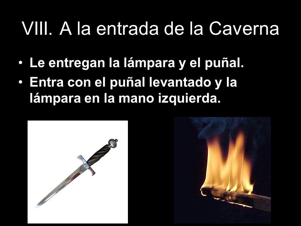 VIII. A la entrada de la Caverna Le entregan la lámpara y el puñal. Entra con el puñal levantado y la lámpara en la mano izquierda.
