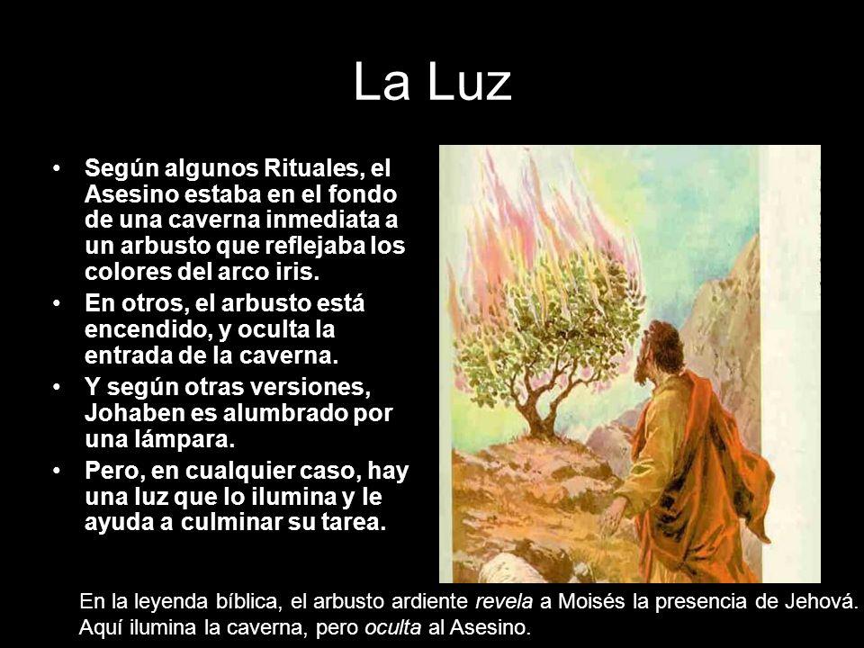 La Luz Según algunos Rituales, el Asesino estaba en el fondo de una caverna inmediata a un arbusto que reflejaba los colores del arco iris. En otros,
