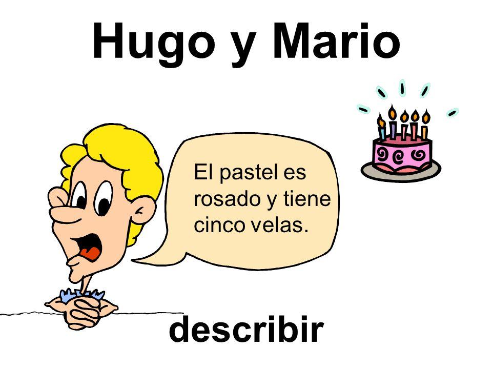 Hugo y Mario describir El pastel es rosado y tiene cinco velas.