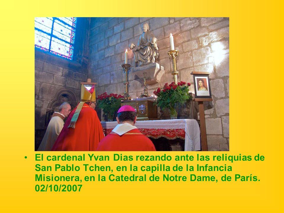 El cardenal Yvan Dias rezando ante las reliquias de San Pablo Tchen, en la capilla de la Infancia Misionera, en la Catedral de Notre Dame, de París. 0