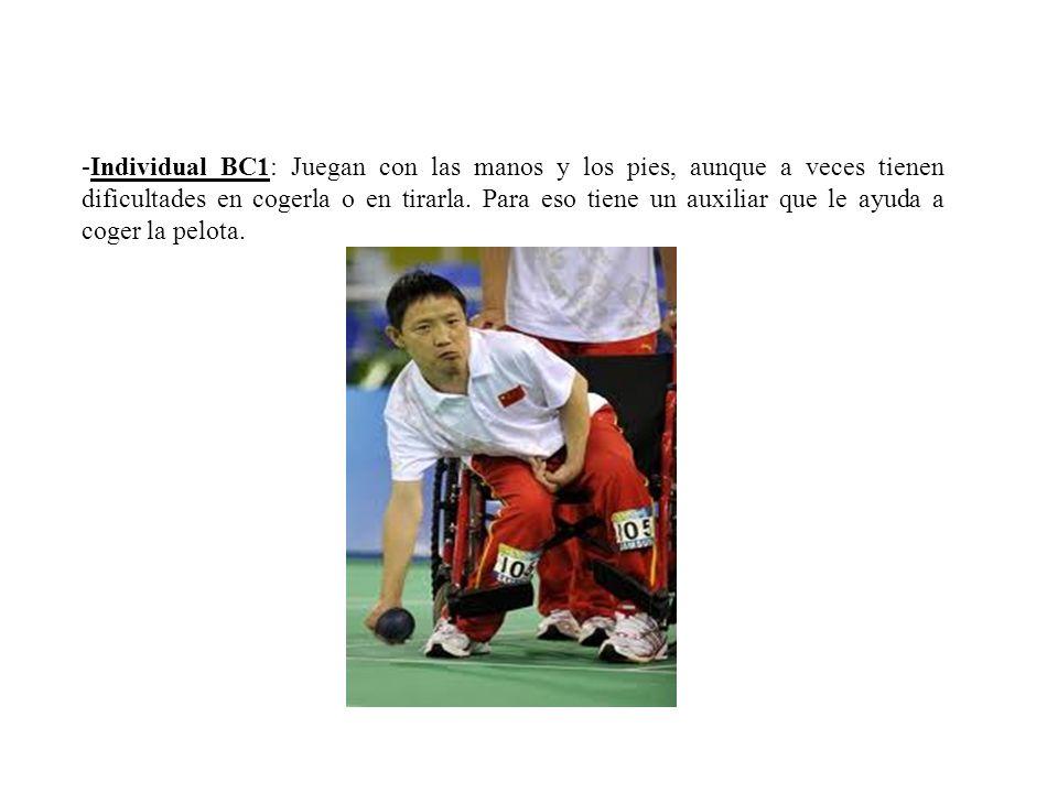 -Individual BC1: Juegan con las manos y los pies, aunque a veces tienen dificultades en cogerla o en tirarla. Para eso tiene un auxiliar que le ayuda