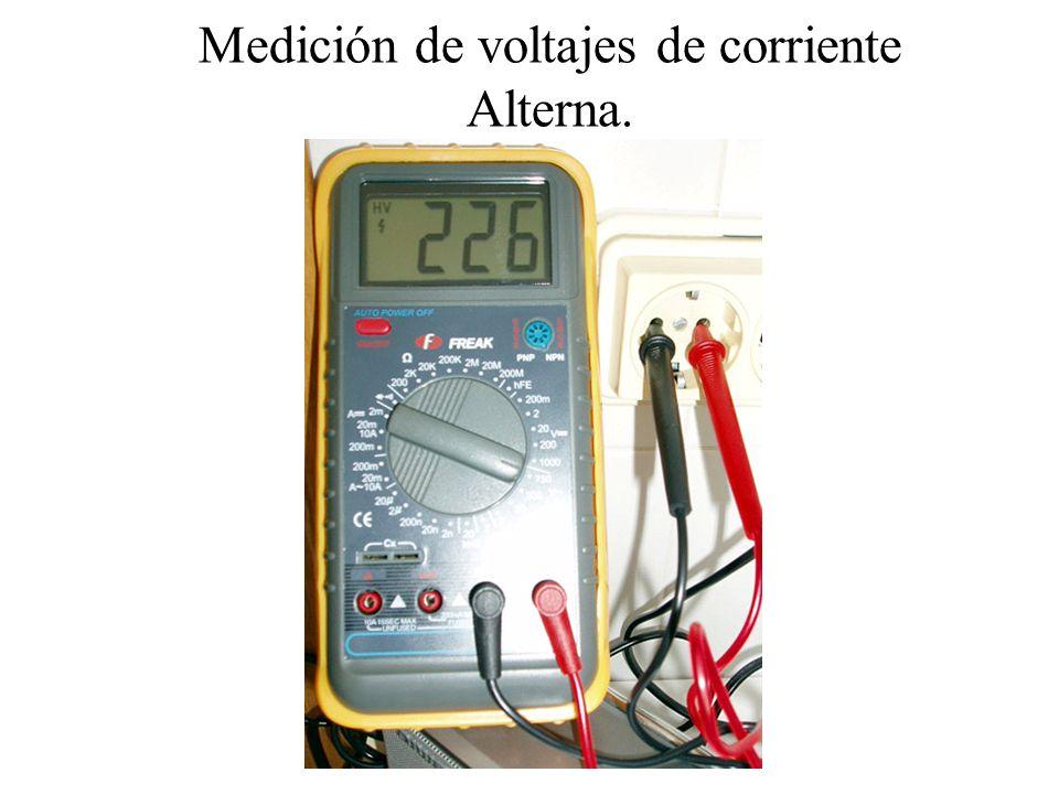 Medir Capacidades (Faradios) En algún modelo de polímetro, también se pueden medir Capacidades (condensadores) En la foto de abajo vemos como se coloca un condensador electrolítico para su medida.