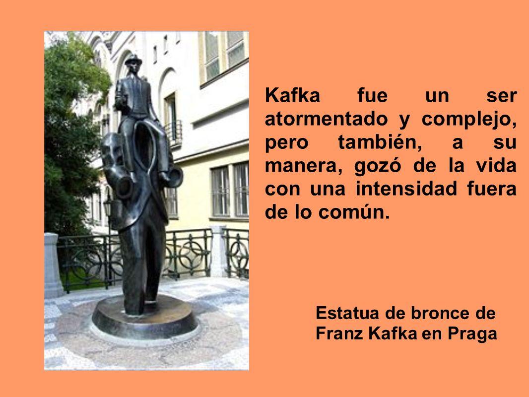 Estatua de bronce de Franz Kafka en Praga Kafka fue un ser atormentado y complejo, pero también, a su manera, gozó de la vida con una intensidad fuera