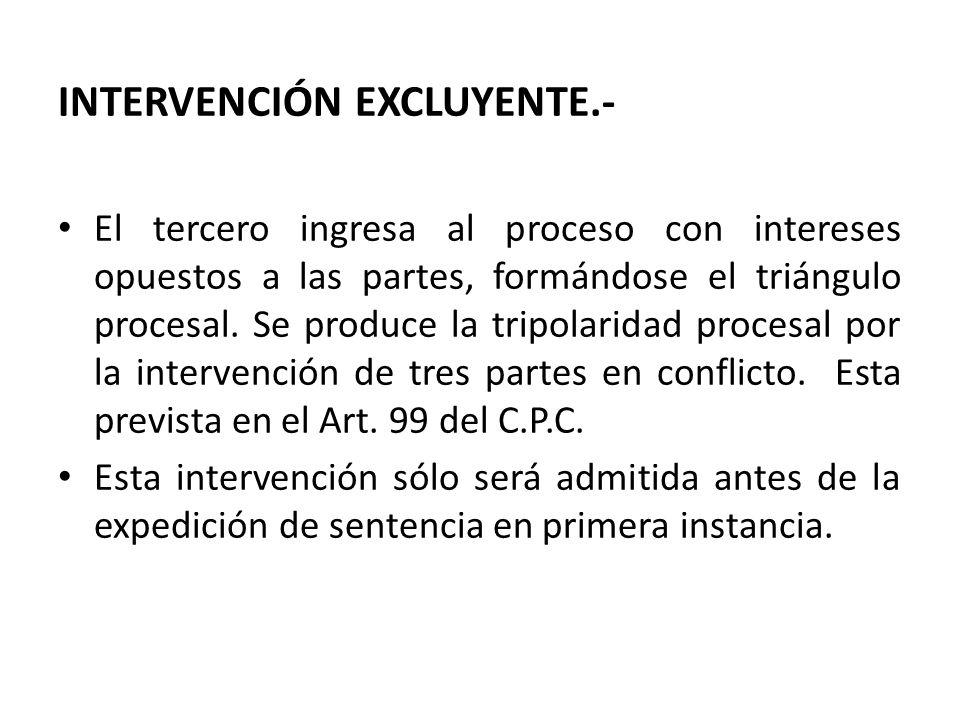 INTERVENCIÓN EXCLUYENTE.- El tercero ingresa al proceso con intereses opuestos a las partes, formándose el triángulo procesal.
