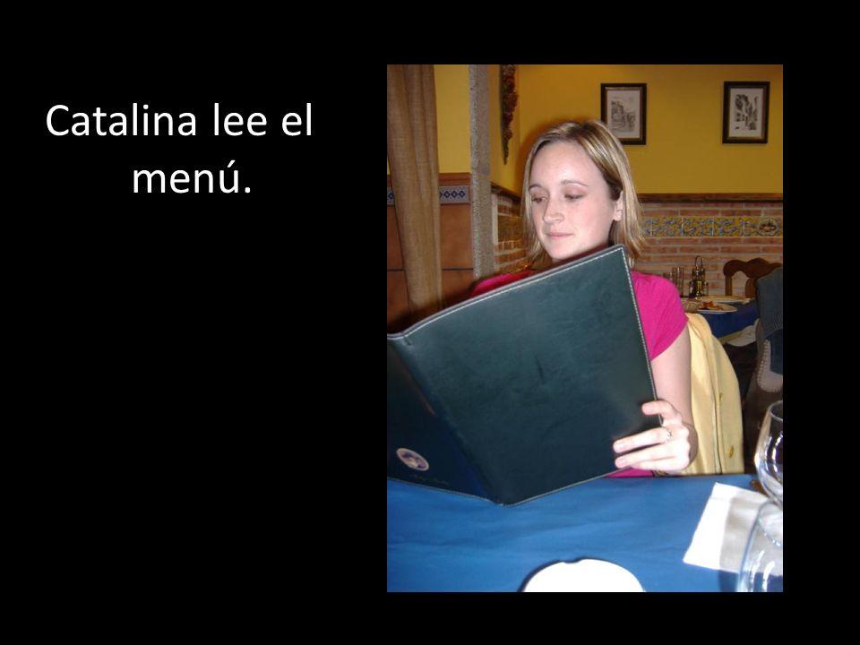 Catalina lee el menú.