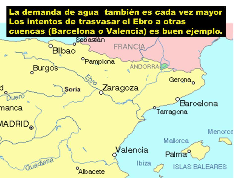 La demanda de agua también es cada vez mayor Los intentos de trasvasar el Ebro a otras cuencas (Barcelona o Valencia) es buen ejemplo.