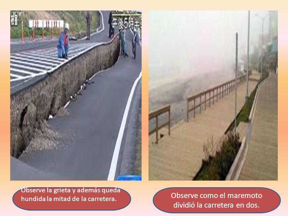 Observe la grieta y además queda hundida la mitad de la carretera. Observe como el maremoto dividió la carretera en dos.