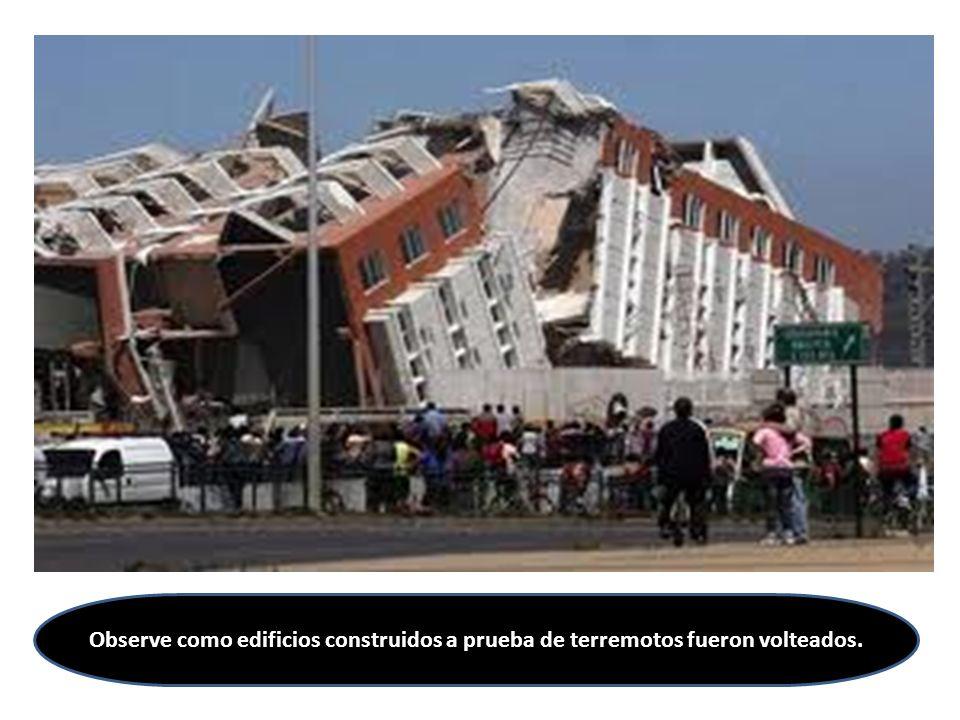 Observe como edificios construidos a prueba de terremotos fueron volteados.