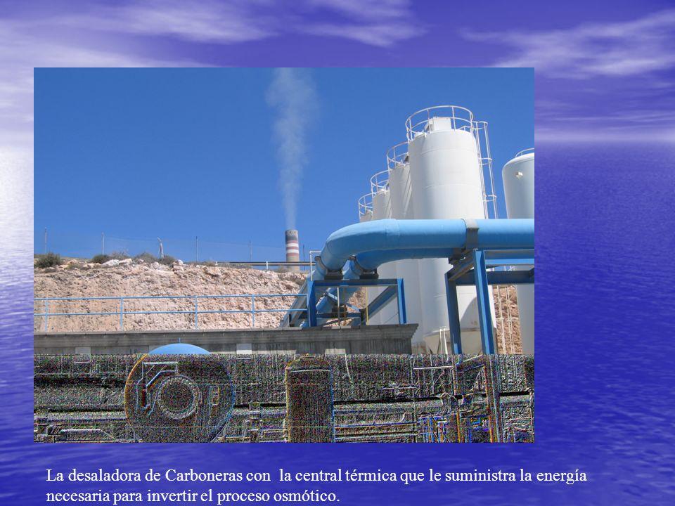 La desaladora de Carboneras con la central térmica que le suministra la energía necesaria para invertir el proceso osmótico.