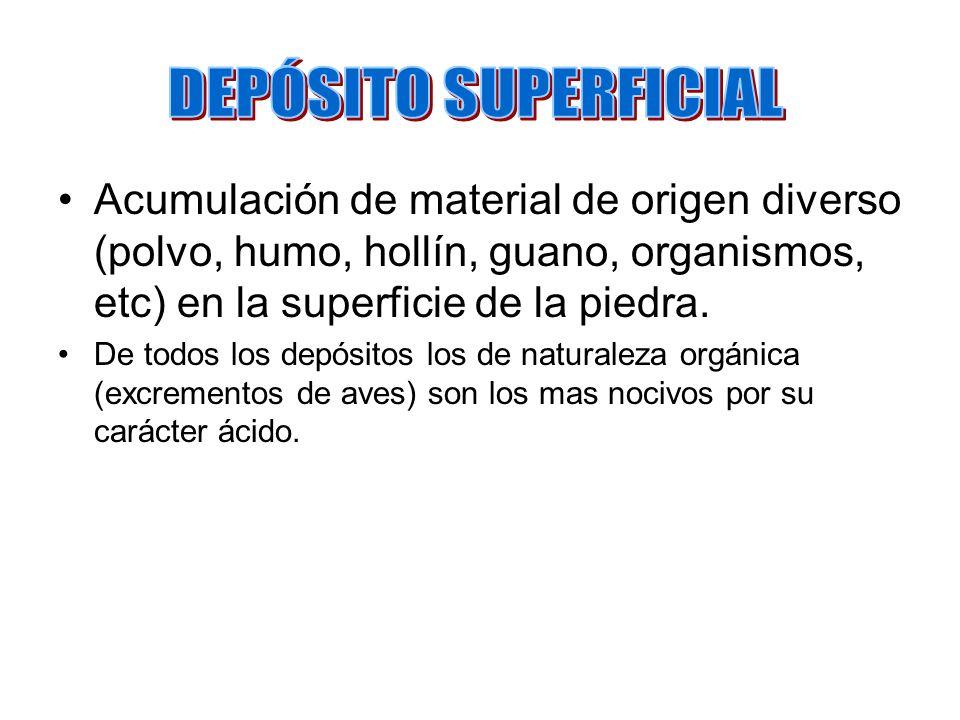Acumulación de material de origen diverso (polvo, humo, hollín, guano, organismos, etc) en la superficie de la piedra. De todos los depósitos los de n
