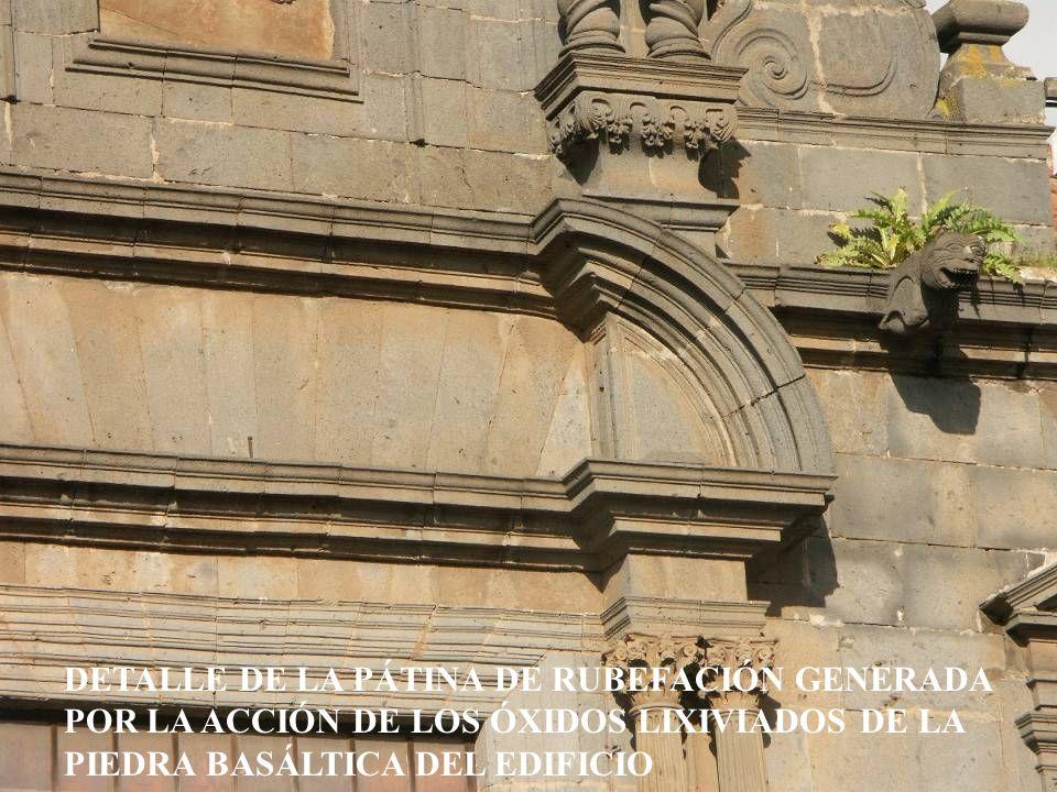 DETALLE DE LA PÁTINA DE RUBEFACIÓN GENERADA POR LA ACCIÓN DE LOS ÓXIDOS LIXIVIADOS DE LA PIEDRA BASÁLTICA DEL EDIFICIO