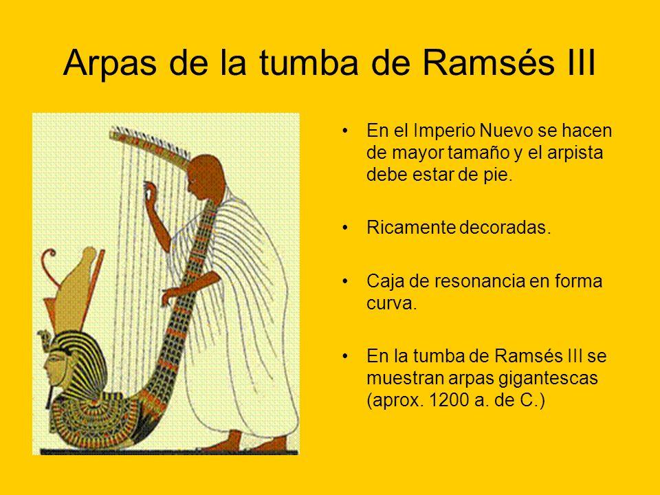 Arpas de la tumba de Ramsés III En el Imperio Nuevo se hacen de mayor tamaño y el arpista debe estar de pie. Ricamente decoradas. Caja de resonancia e