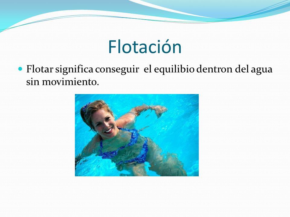 Kicking Incluso antes a flotar, colgarse del borde y dar patadas con los pies y hacia arriba y hacia abajo. Cuando ya pueda deslizarse hacia adelante