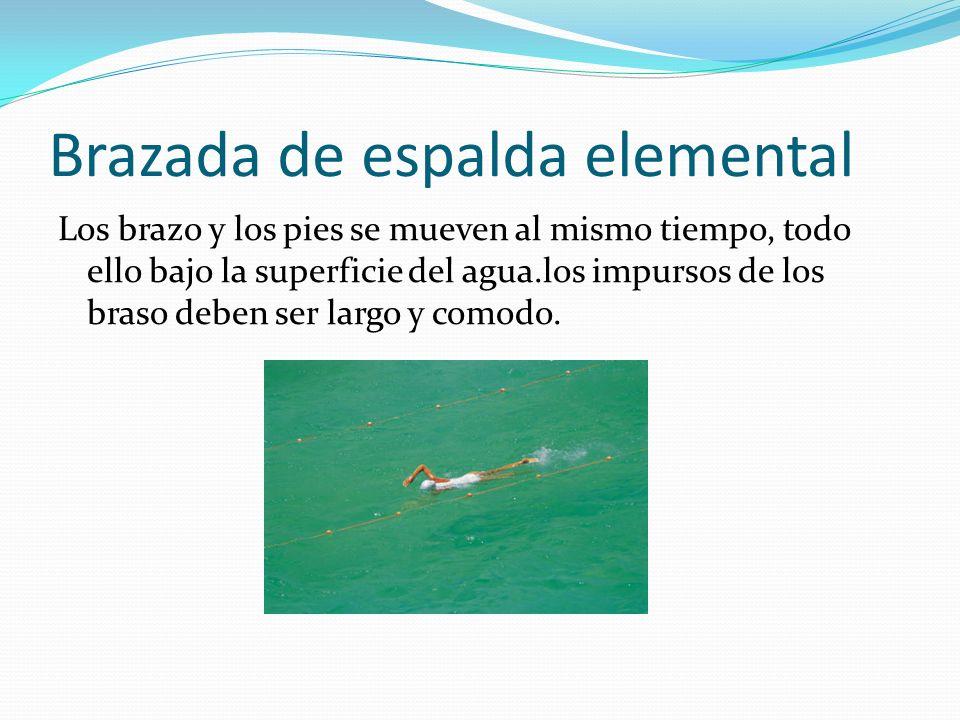Movimiento de piernas y aleteo Para moverse mientras se está de espalda, deslizamiento mover las piernas dando patadas rompa la superficies del agua.