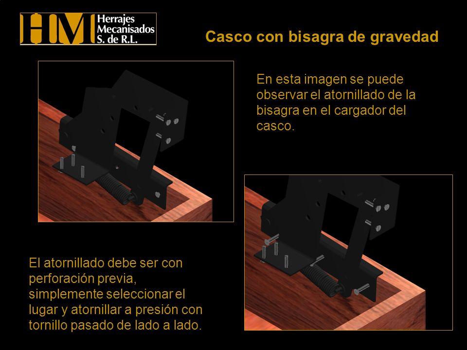 Se observa en estas imágenes que la parte superior, es decir el asiento del casco ha sido removido para observar como este debe ser sujetado al cargador y la piesera.
