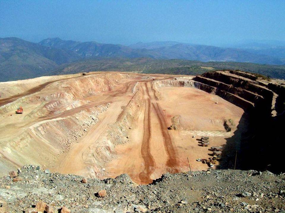. De la excavación del tajo, la roca que sí contiene mineral la pasan por molinos para triturarla
