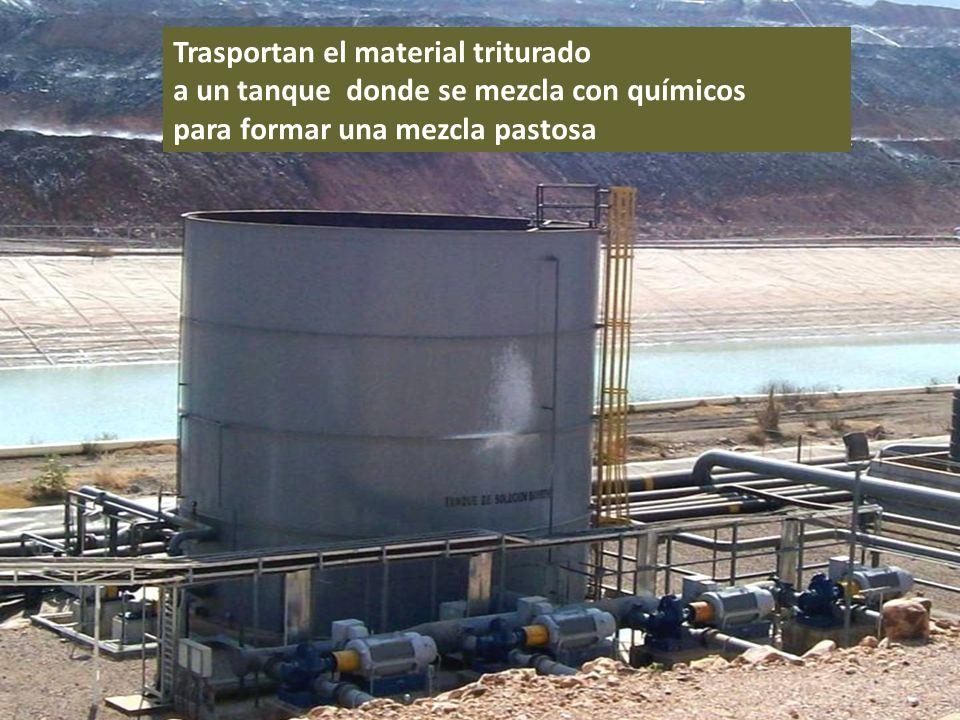 . Trasportan el material triturado a un tanque donde se mezcla con químicos para formar una mezcla pastosa