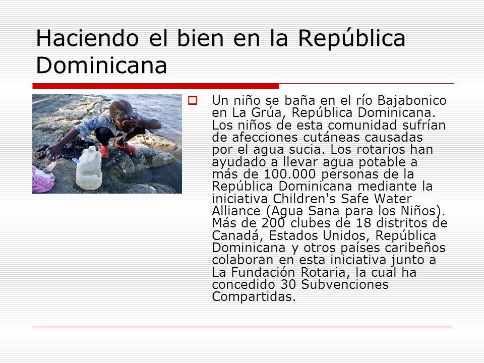 Haciendo el bien en la República Dominicana Un niño se baña en el río Bajabonico en La Grúa, República Dominicana. Los niños de esta comunidad sufrían